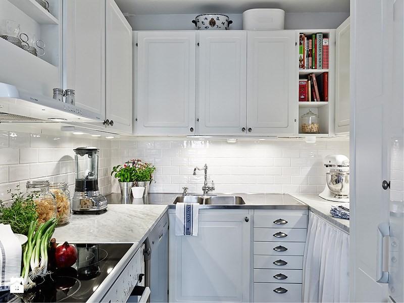 Fehér U-alakú konyha