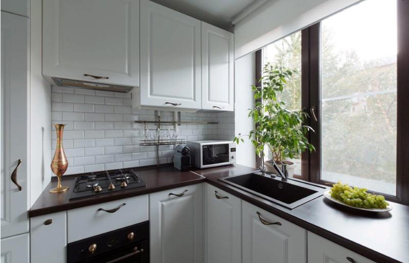 Sill-countertop egy kis konyhában