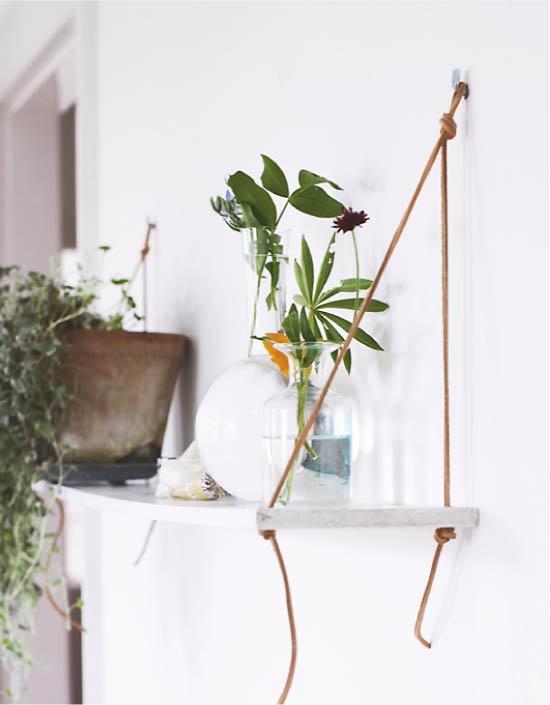 Gantungkan rak dengan tumbuhan