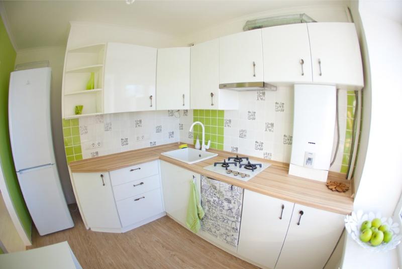 Szögletes konyha lejtős talapzattal a bejáratnál