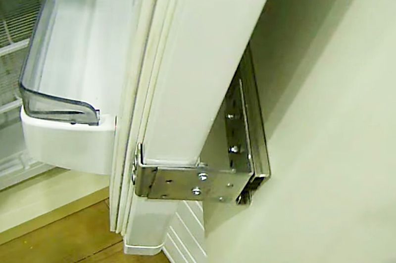 A homlokzat és a hűtőszekrény ajtóit két sarok köti össze