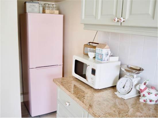Festett hűtőszekrény a belső térben