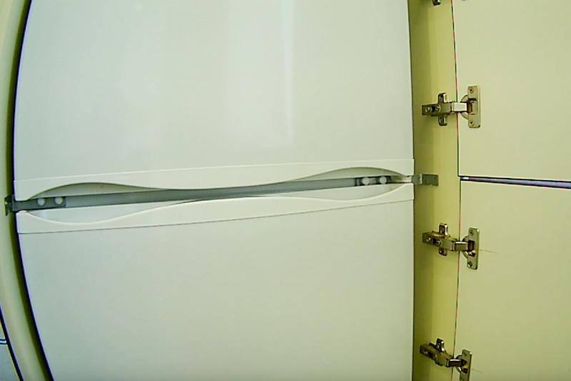 Beépített szögek, amelyek összekapcsolják a racket a hűtőszekrény falával