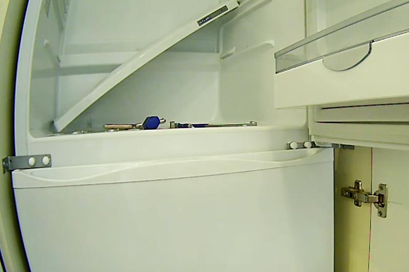 Unghiuri instalate care conectează rackul cu pereții frigiderului