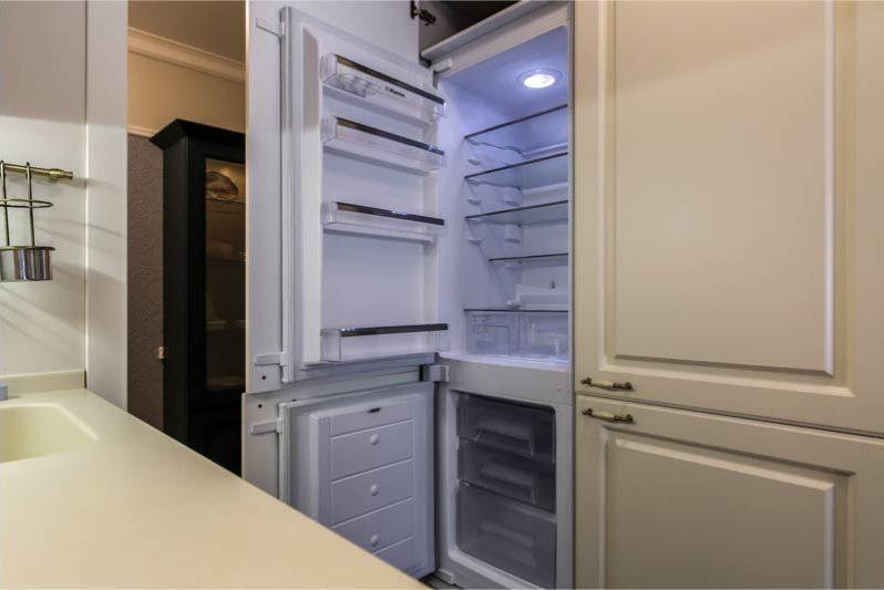 Sisäänrakennettu jääkaappi vierekkäin