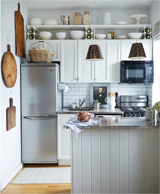 Køleskab i metallisk farve i køkkenindretningen