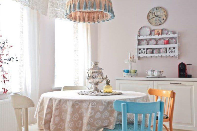 Interior dapur dengan aksen warna dan asas neutral