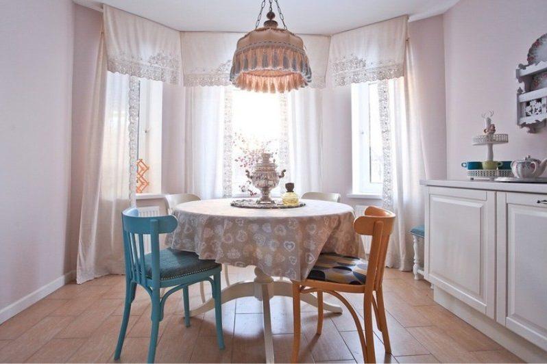 מדינה מטבח, חדר אוכל עם צל מעל השולחן