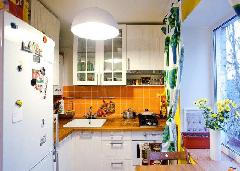 Domino típusú gáztűzhely egy kis konyhában Hruscsovban