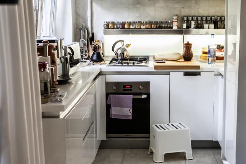 Smal ovn i kjøkkeninnredningen