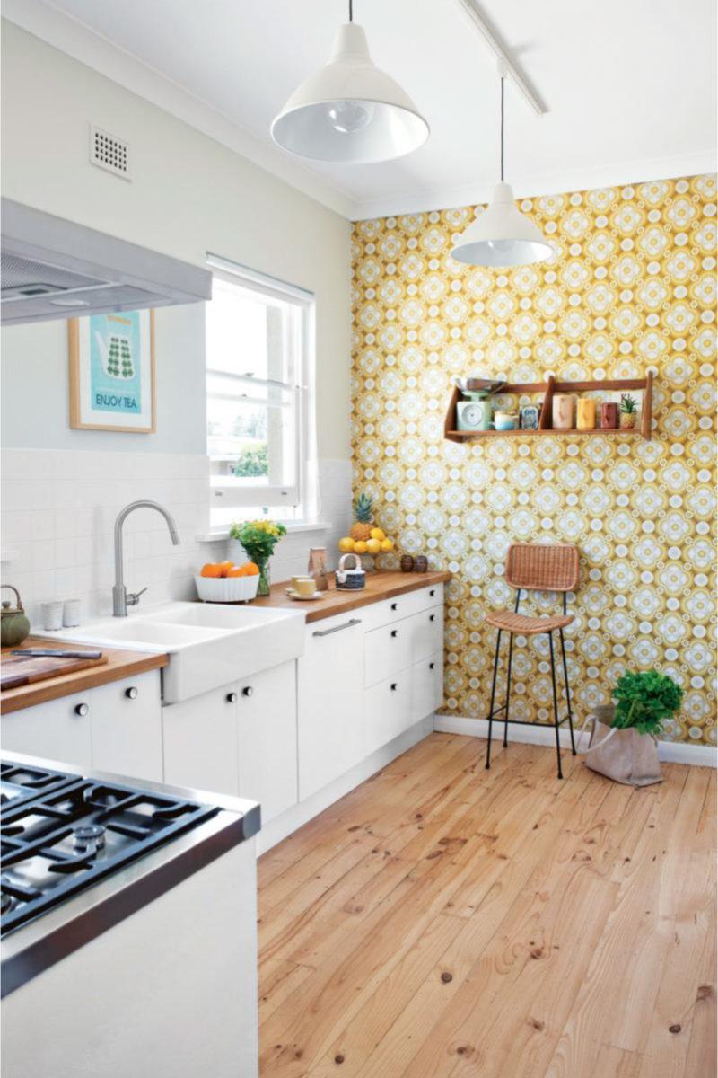 Cozinha branca com papel de parede amarelo