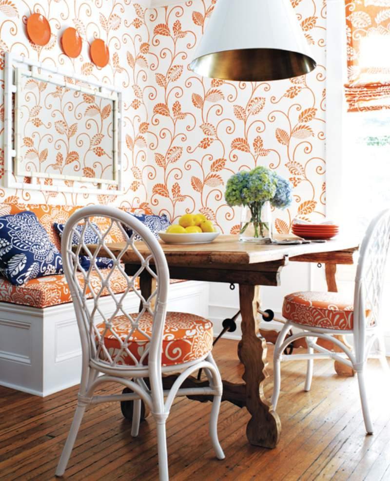Sala de jantar branca e laranja