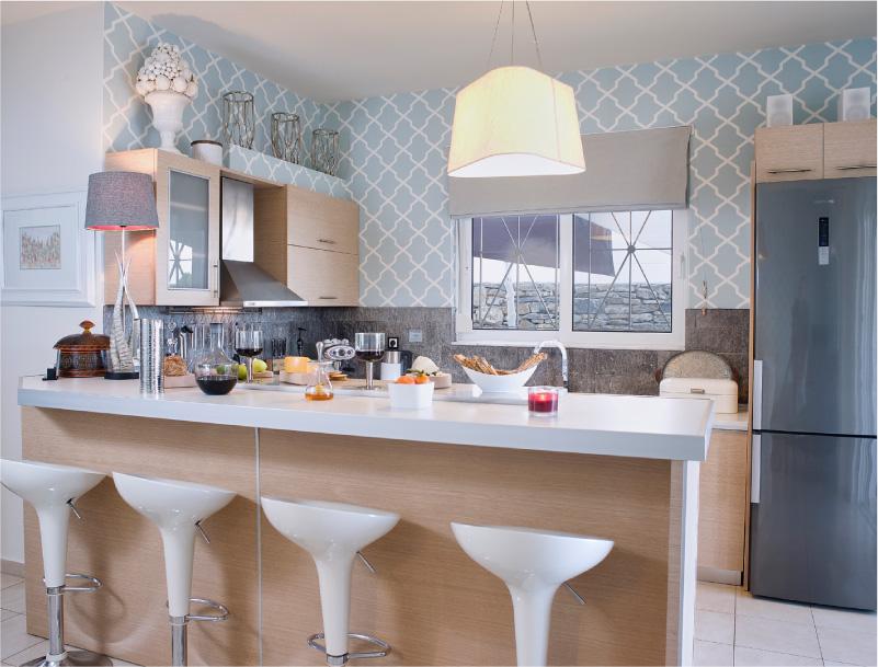 Cozinha bege com papel de parede azul