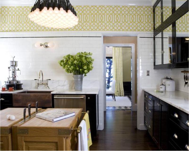 Cozinha preta com papel de parede branco e amarelo