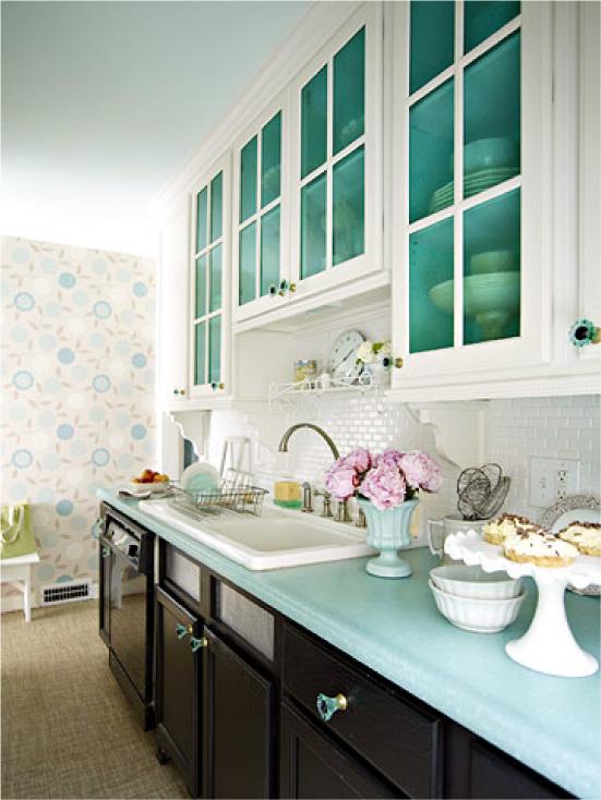 Cozinha preto e branco com papel de parede azul