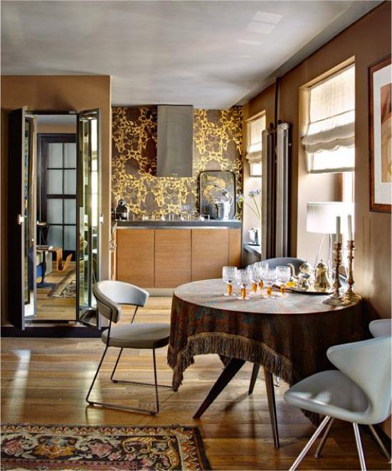 Cozinha de madeira com papel de parede marrom