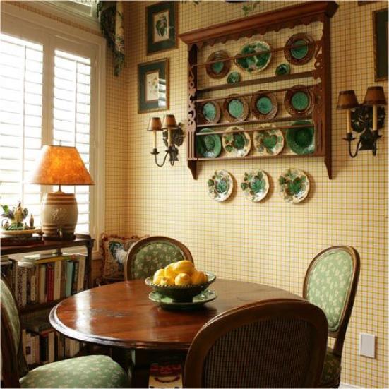 Móveis de madeira da cozinha com papel de parede amarelo