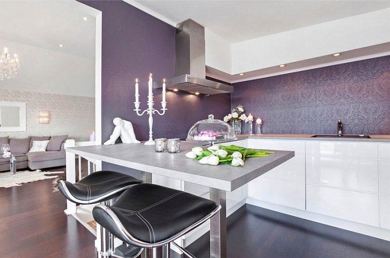 Cozinha branca brilhante com papel de parede roxo
