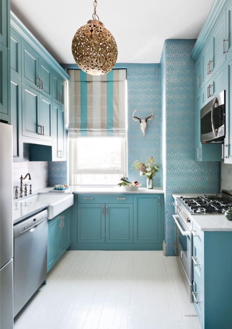 Cozinha azul com papel de parede azul