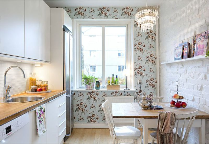 Papel de parede azul no interior da cozinha