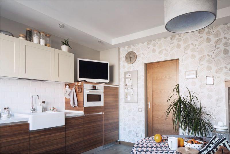 Cozinha marrom com papel de parede bege