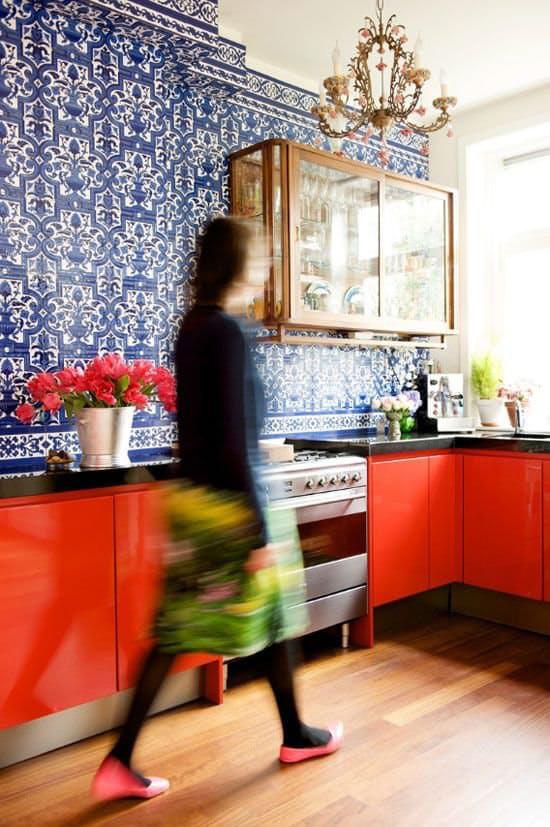 Cozinha vermelha com papel de parede azul