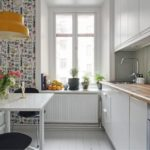 Cozinha com papel de parede na mesma parede