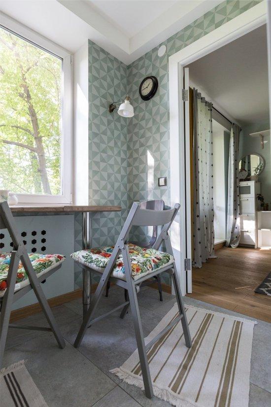Cozinha com papel de parede cinza-azulado em Khrushchev