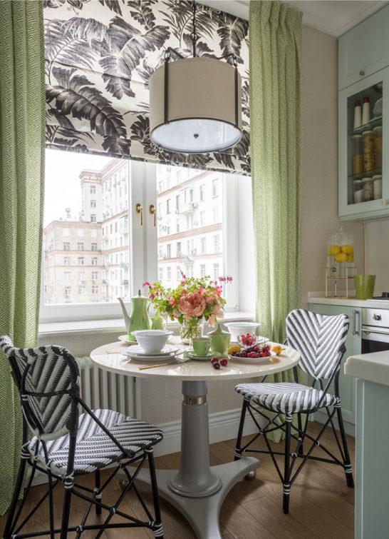 Cozinha de hortelã com papel de parede leve