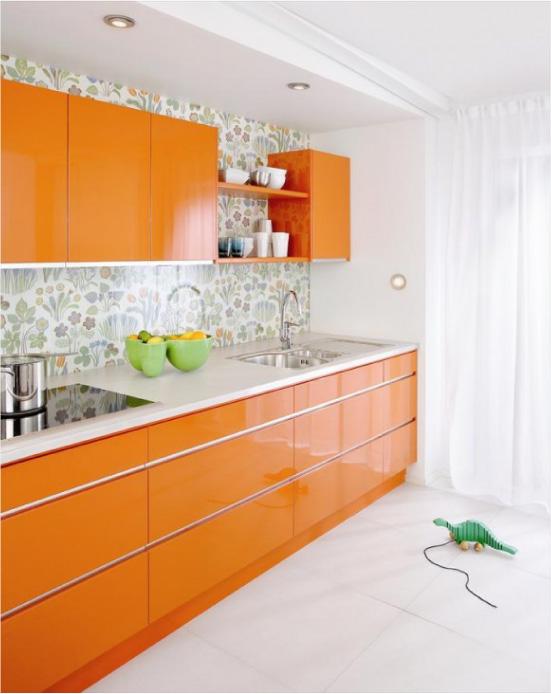 Cozinha brilhante laranja com papel de parede verde