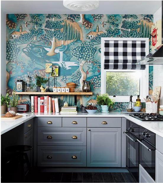 Cozinha cinza com papel de parede turquesa
