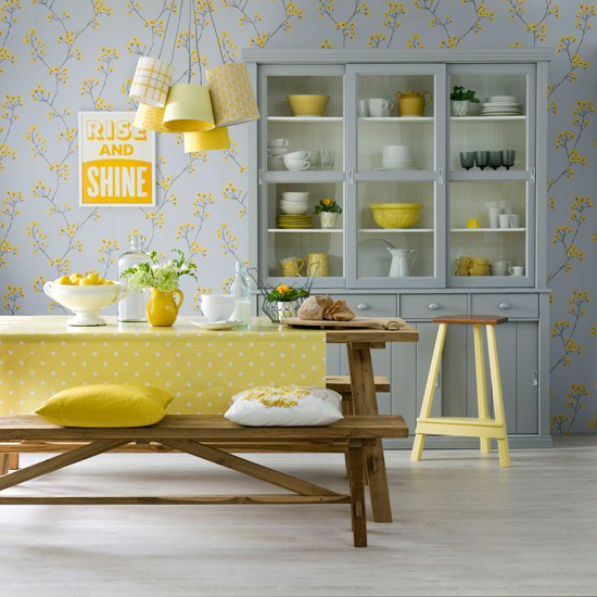 A combinação de cores cinza e amarelas no interior da sala de jantar