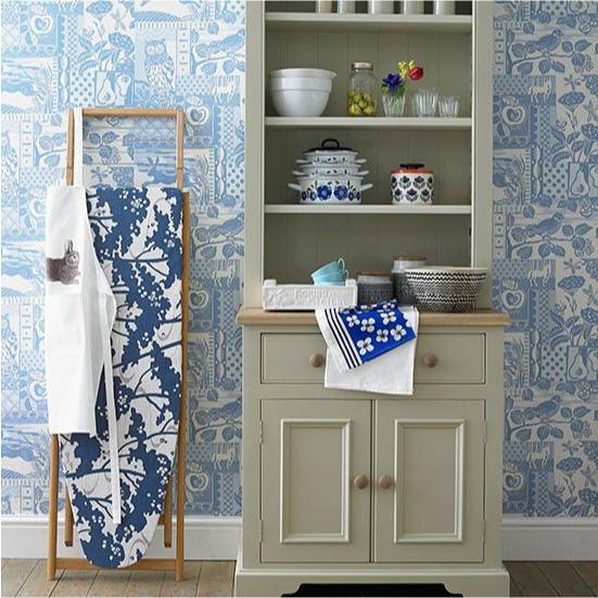 A combinação de móveis bege com papel de parede branco e azul
