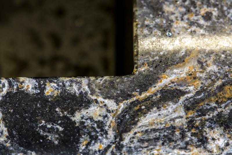 Sötét színű kvarc agglomerátum asztallap