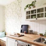 Papel de parede verde claro no interior da cozinha