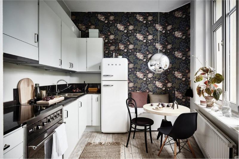 Papel de parede escuro no interior da cozinha