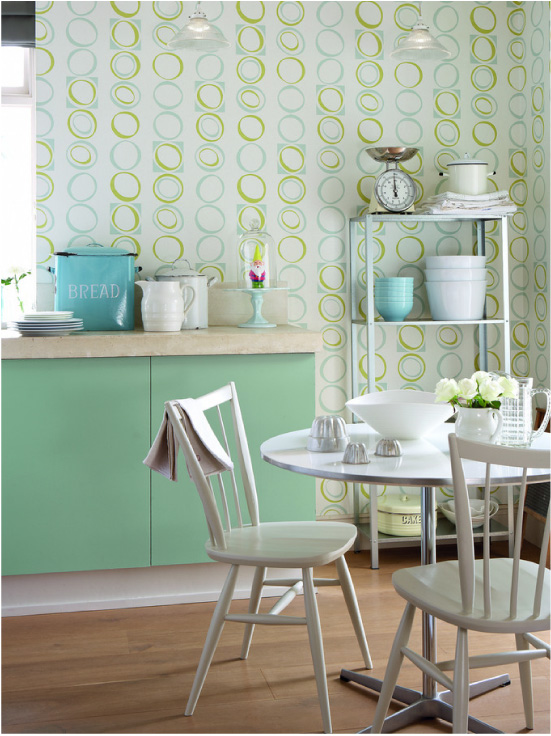 Cozinha verde com papel de parede bege