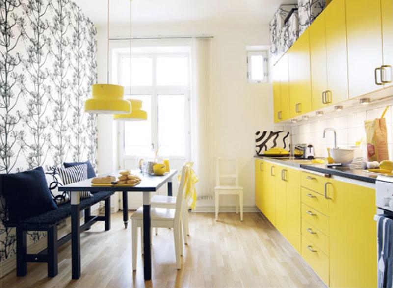 Cozinha amarela com papel de parede preto e branco
