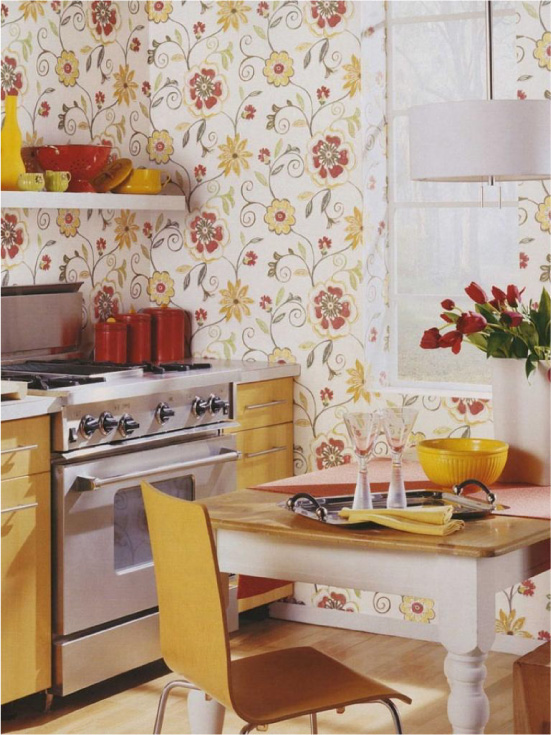 Cozinha amarela com um papel de parede com impressão amarelo-vermelho