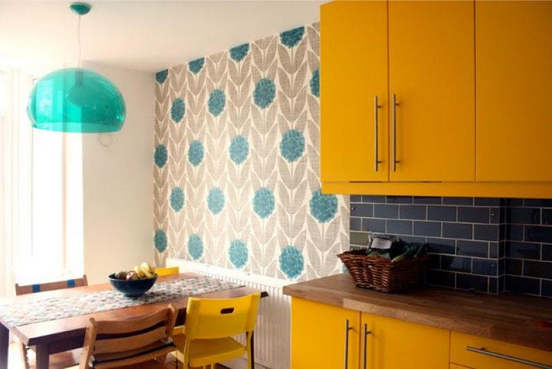 Cozinha amarela com papel de parede cinza-azul