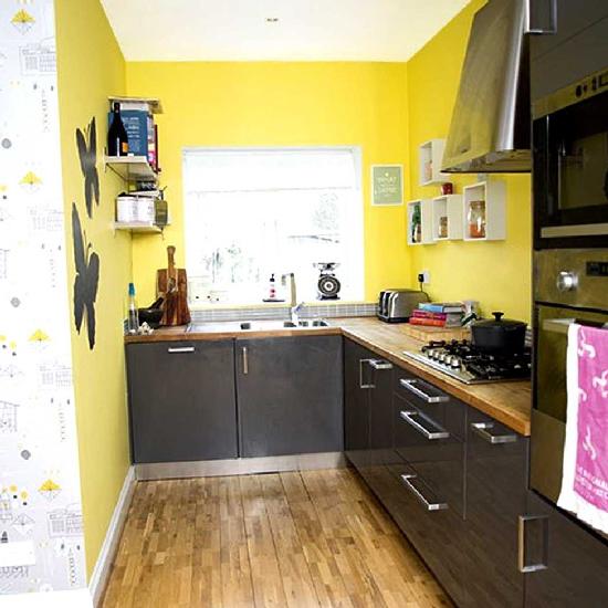Papéis de parede amarelos e cozinha preta