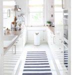 Бяла лъскава кухня с двуредово разположение