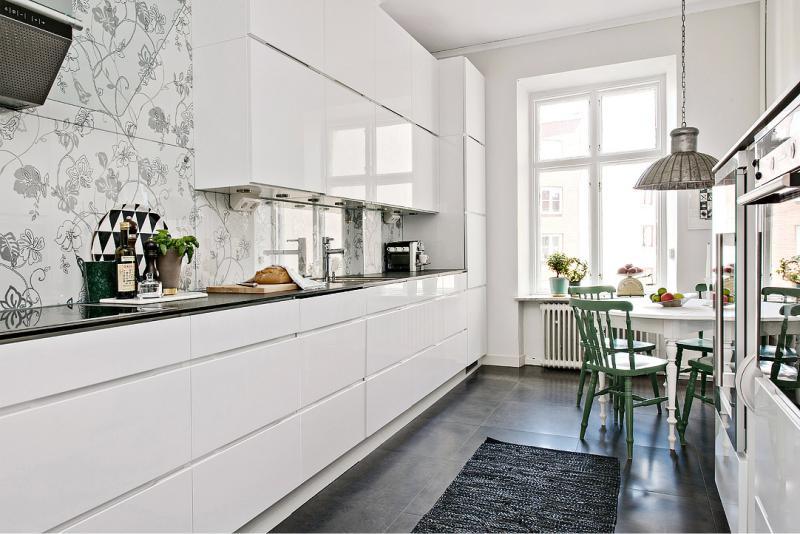 Бяла лъскава кухня в скандинавски стил