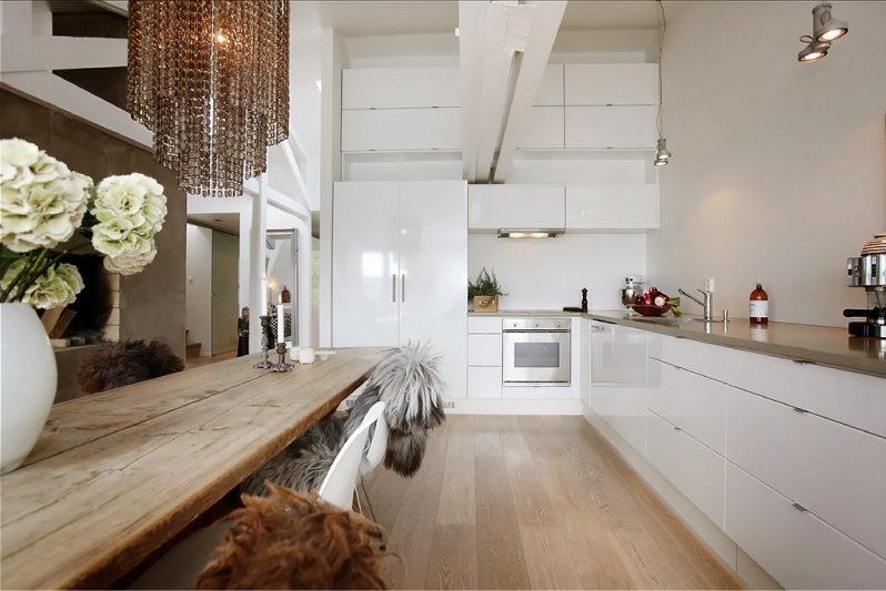 Бяла лъскава кухня в еклектичен стил