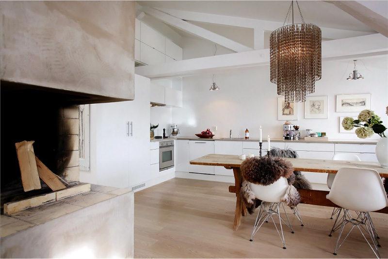 Bijela sjajna kuhinja u eklektičnom stilu