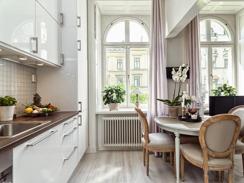 Бяла лъскава неокласическа кухня
