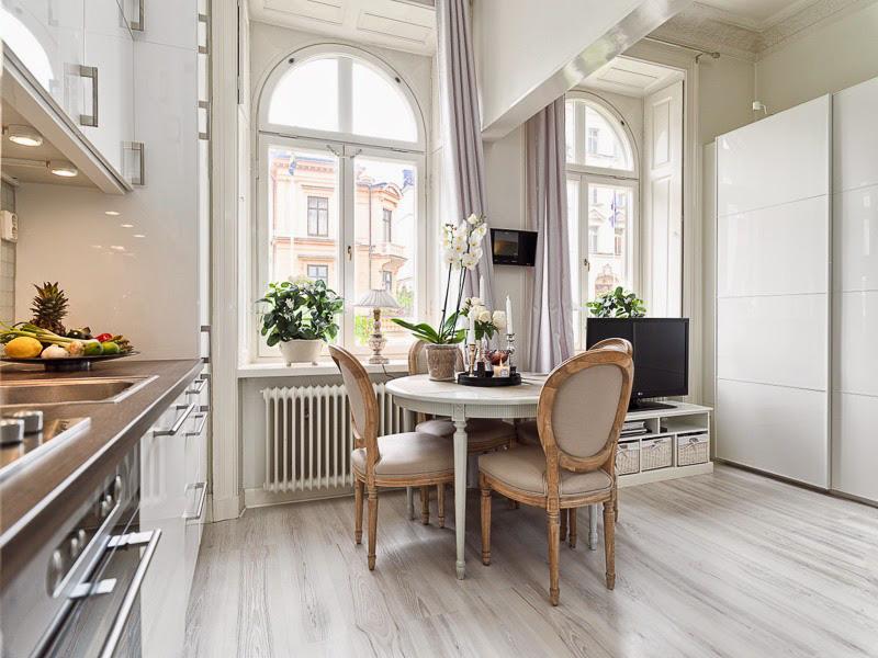 Bijela sjajna neoklasična kuhinja
