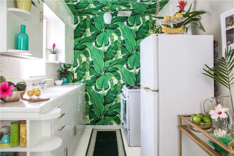 Baltā virtuve ar akcentu sienu