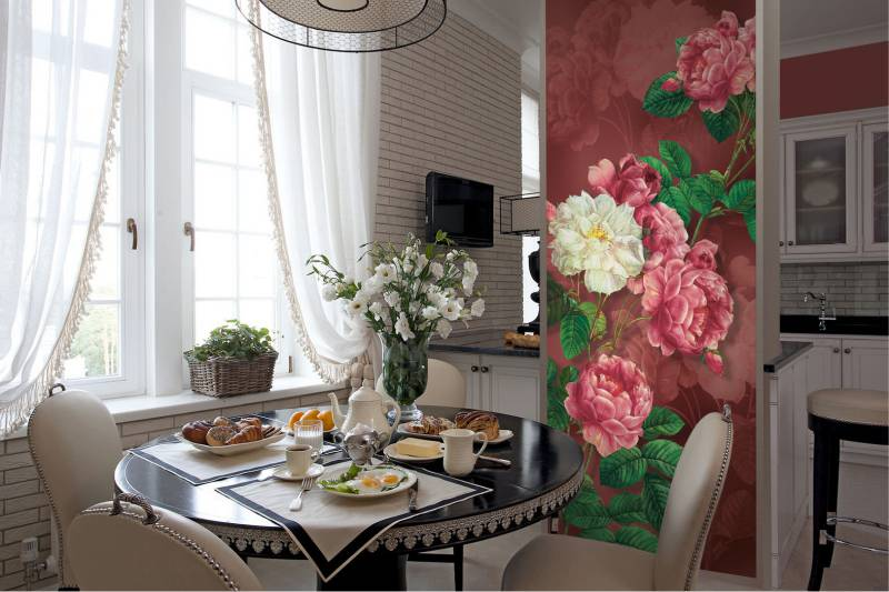 Ziedi uz klasiskās virtuves sienas