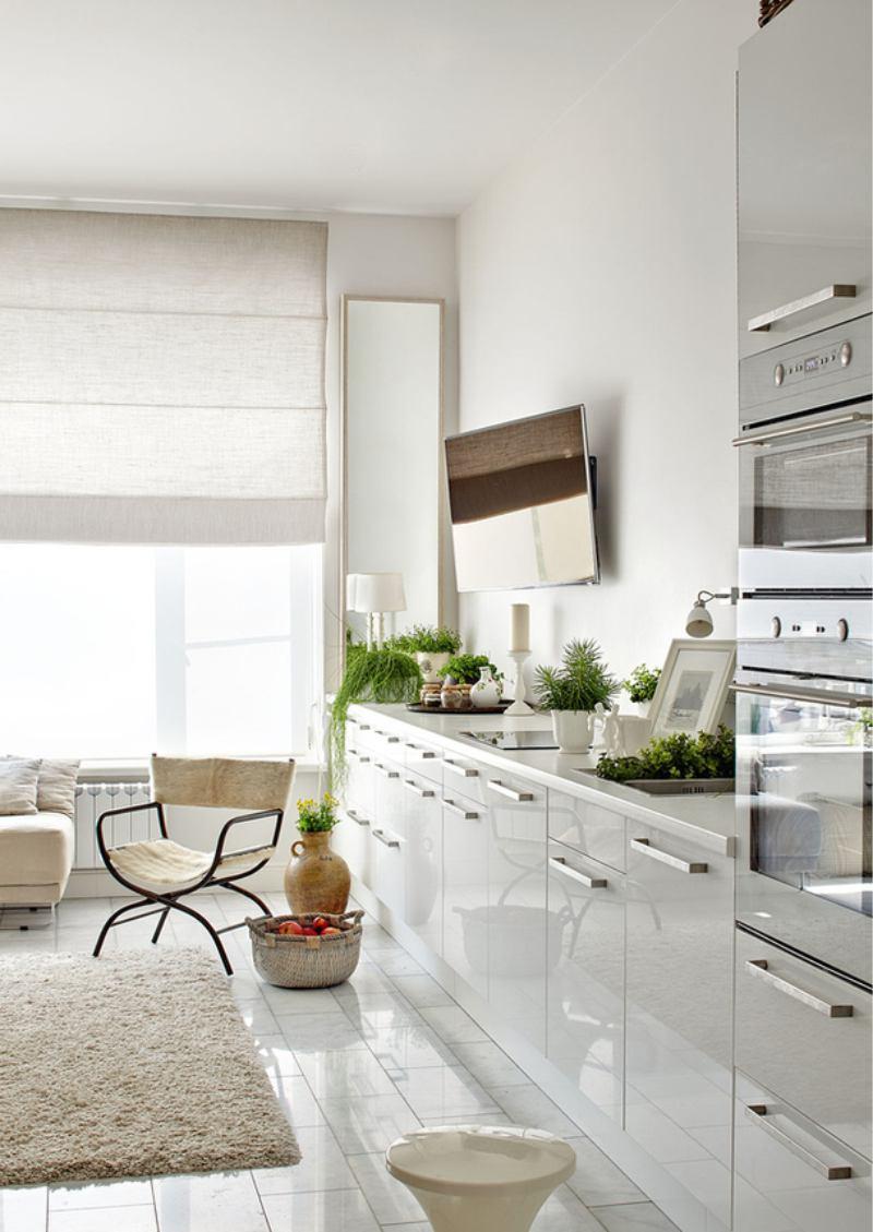 Dizaina balta vienkrāsaina virtuve